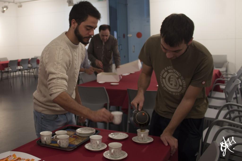 Ismael y Jonathjan sirviendo café