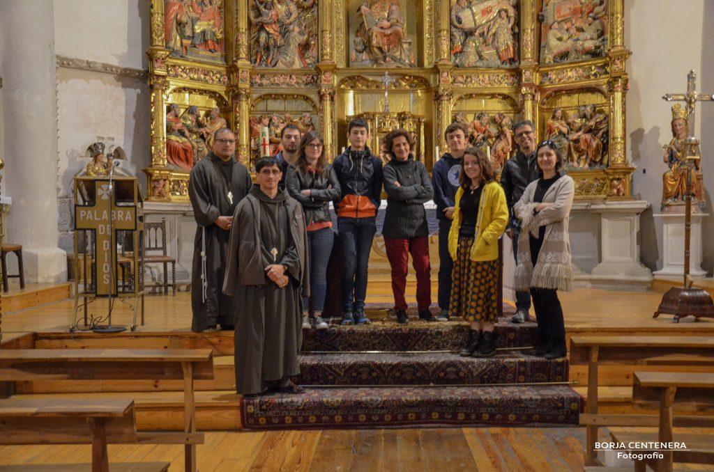Grupo ante el altar ( parcial )