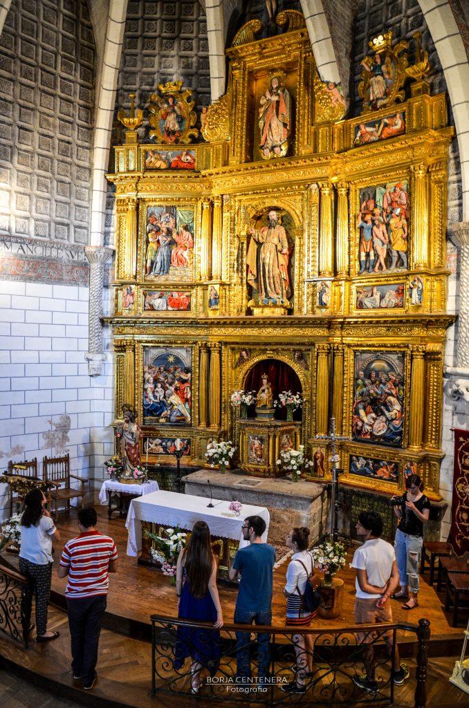 Arellano ante el retablo desde arriba