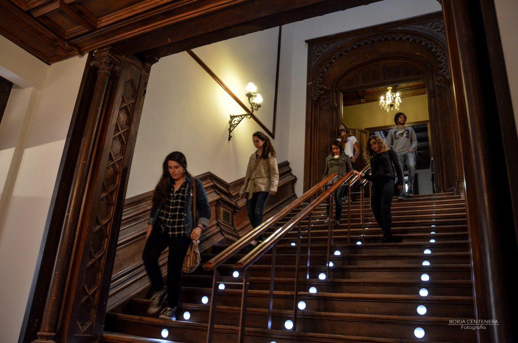 Dicast Bajando las escaleras