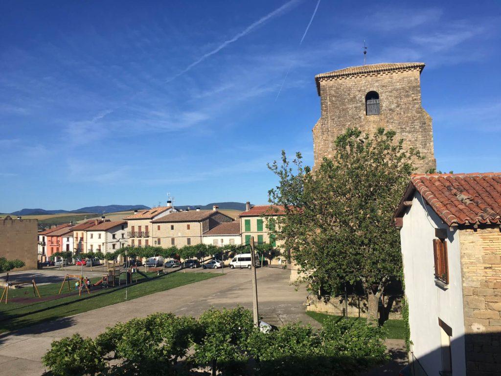 Vista general de la plaza de Urroz