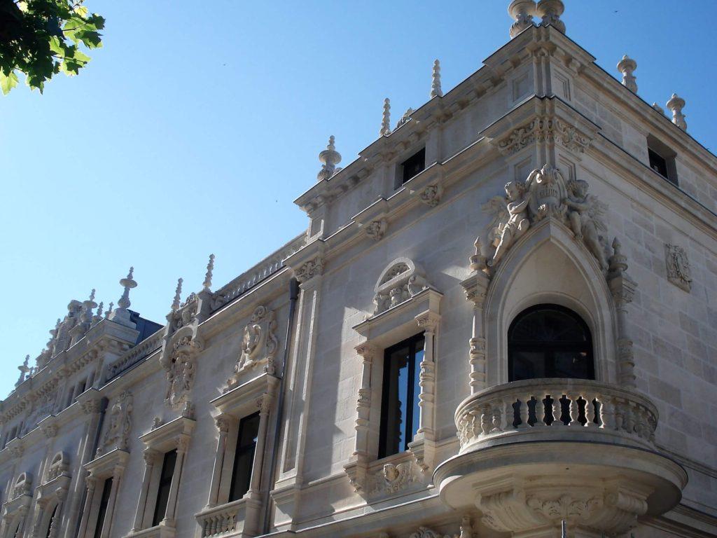 Detalle del balcón en la esquina del Palacio Episcopal