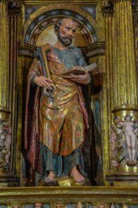 Personajes con libro en el retablo de Urroz