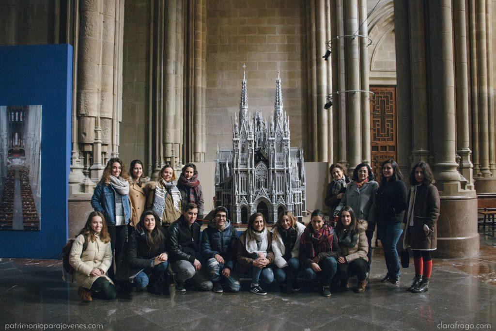 Ante la maqueta de la Catedral Nueva de Vitoria