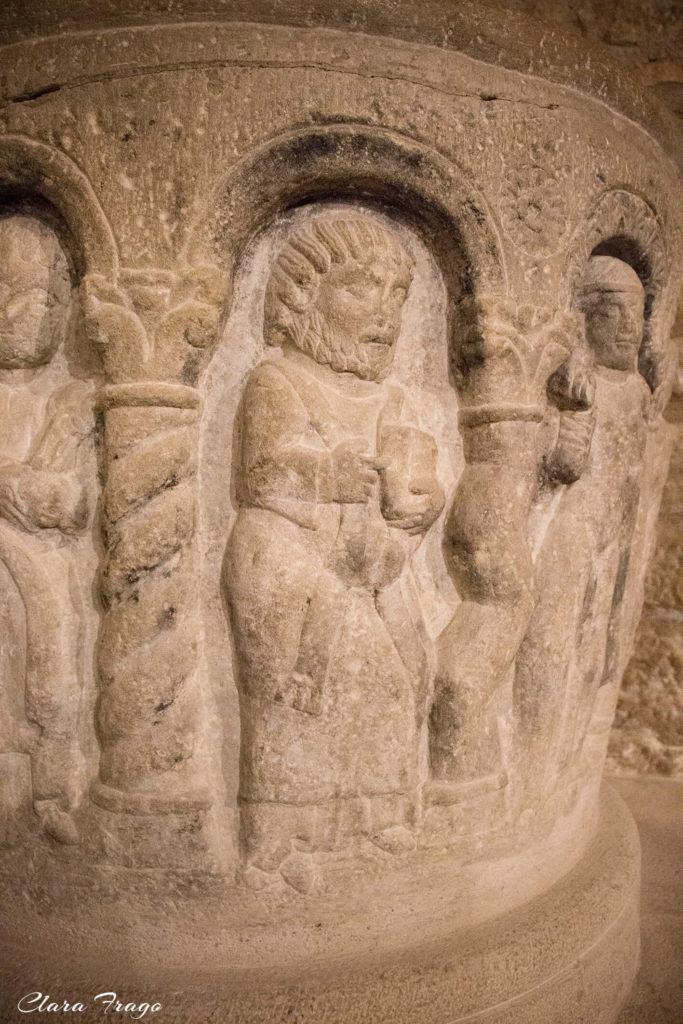 Detalle de un personaje en la pila bautismal. San Martín de Unx